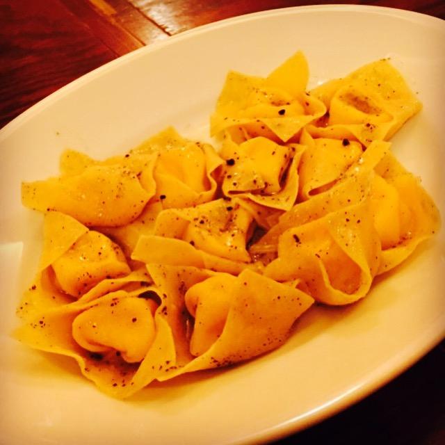 フォンティーナチーズを詰めたラビオリ 黒トリュフバターソース